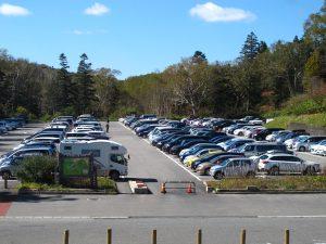 天気が良く駐車場の車も多くなりました。