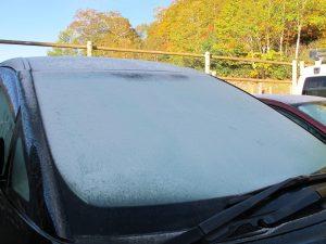 車の窓も凍っています。